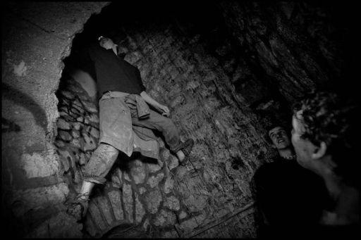 Cataphiles climbing into the tunnels © Zoriah/www.zoriah.com